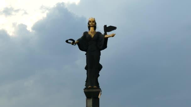Emlékmű a Szent Szófia, az istennő védelmezője a város, Szófia, Bulgária. Sötét, viharos felhők eső előtt