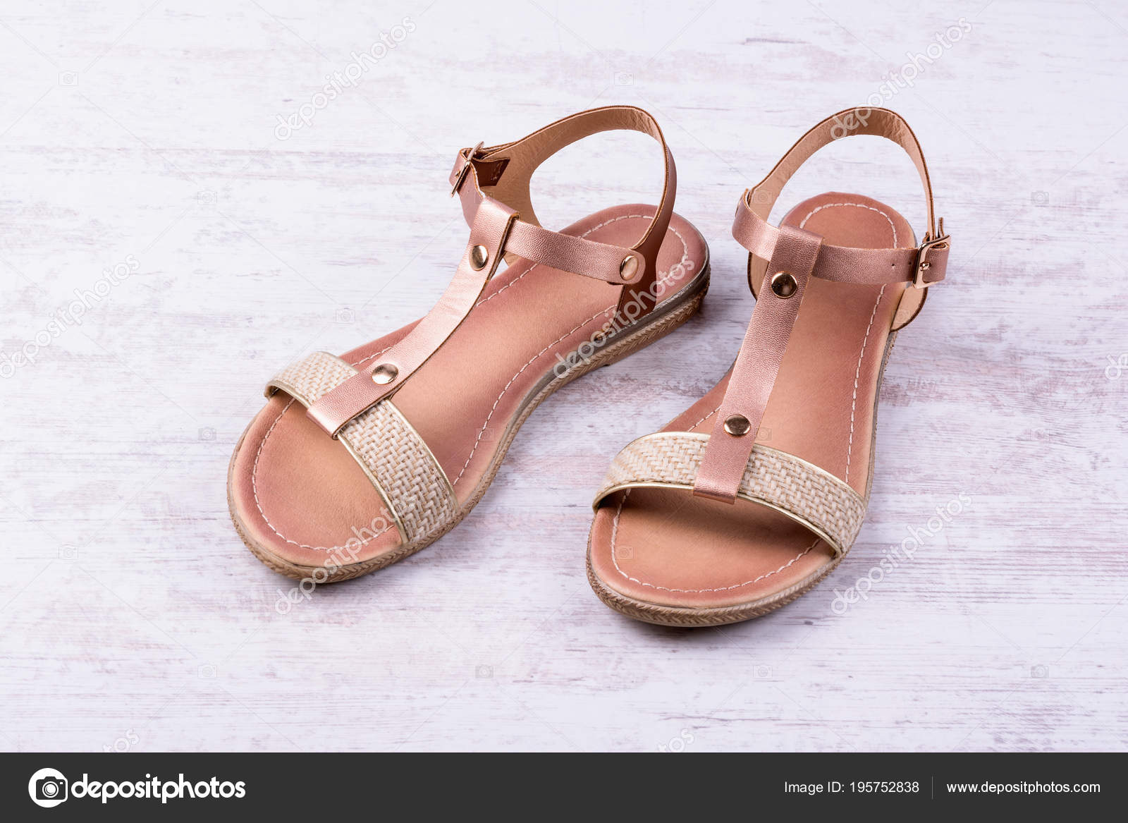 Damen Sandalen auf weißem Holz Hintergrund — Stockfoto © d zheleva ... ef5b011e7f
