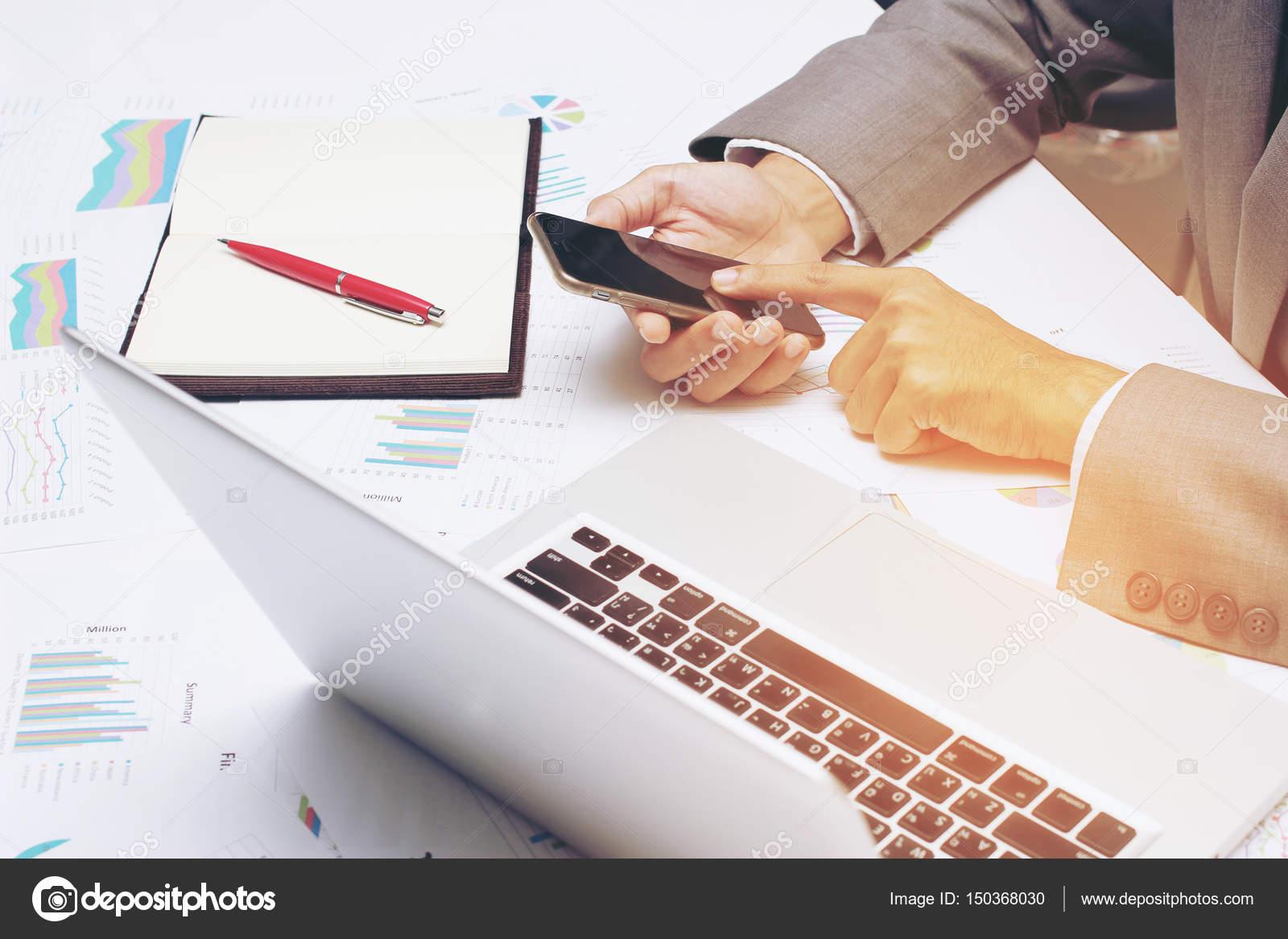 Junger Geschaftsmann Arbeiten Im Buro Schreibt Marketing Plane Und