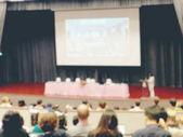 rozmazaný obraz obchodní konference a prezentace. Lidé zasedání konference seminář, publikum na kongresový sál. -konferenční sál, teplé  vintage tón fotografie interiéru