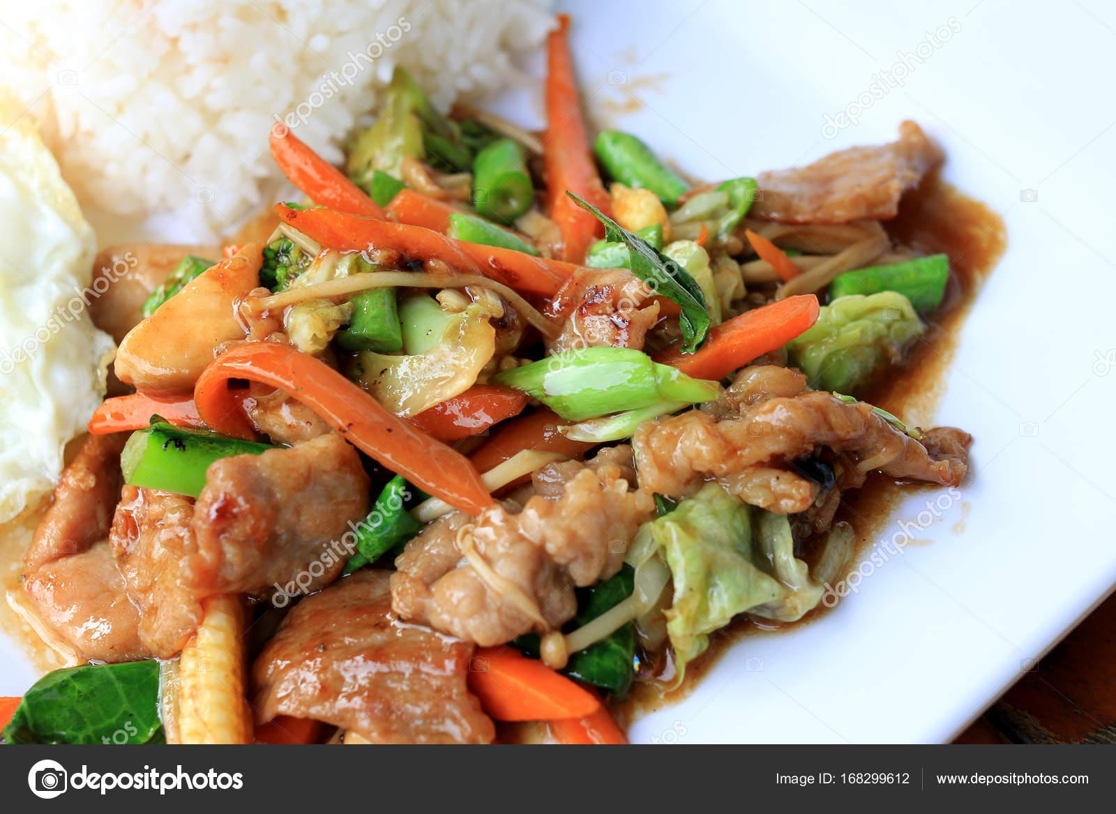 Köstliche Thai Gericht Huhn mit gebratenes Gemüse in weiße Schale ...