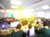 Vzdělávací koncepce, rozmazaný obraz technologie studentského vzdělávání a workshopu využívající počítač společně v počítačové místnosti na střední, univerzita pro studium, Síťová komunikace a školení