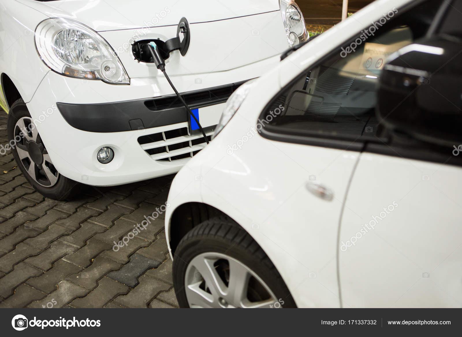 Elektro-Auto auf einer Ladestation in einem Parkhaus in Rechnung ...