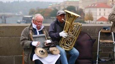 hudebníci hrají hudbu na Karlově mostě