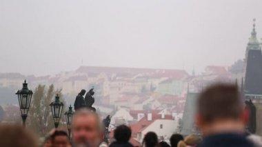 Dav turistů chůzi podél Karlův most