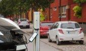 Elektrické auto se platí na parkovišti
