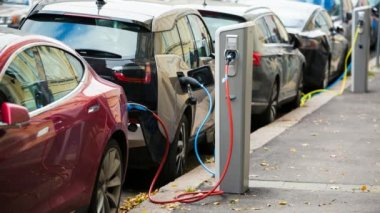 Mnoho elektromobilu jsou účtovány dobíjecích stanic na parkovišti