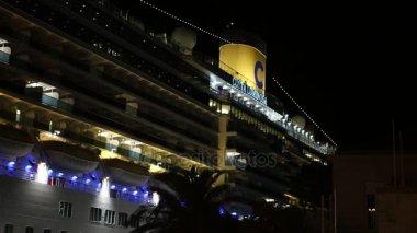 Mar mediterraneo scia dietro la nave da crociera. 4k u2014 video stock
