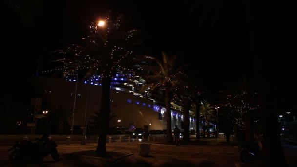 Nave crociera molo della città notte città decorata con