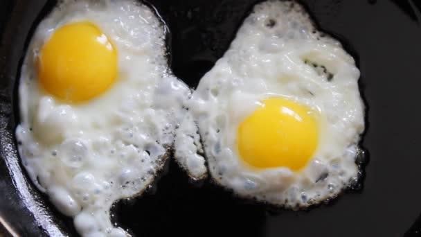 vaření smažená vejce v pánvi