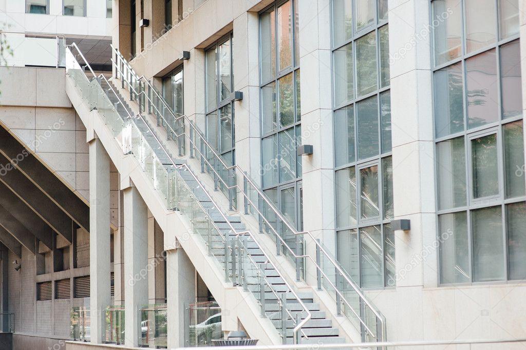 De moderne metalen trap op kantoorgebouw u stockfoto rubanok i