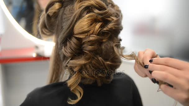 Krásná brunetka v salon krásy a kadeřnictví