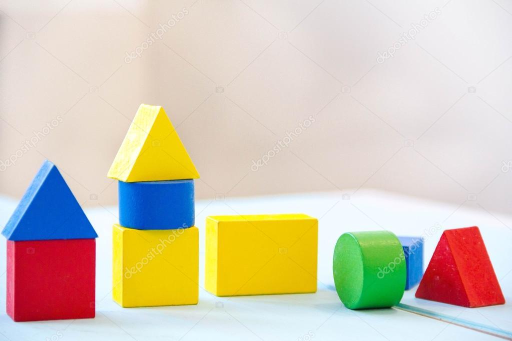 Houtblokken In Huis : Huis gemaakt van oude kubussen kleurrijke gebouw houtblokken