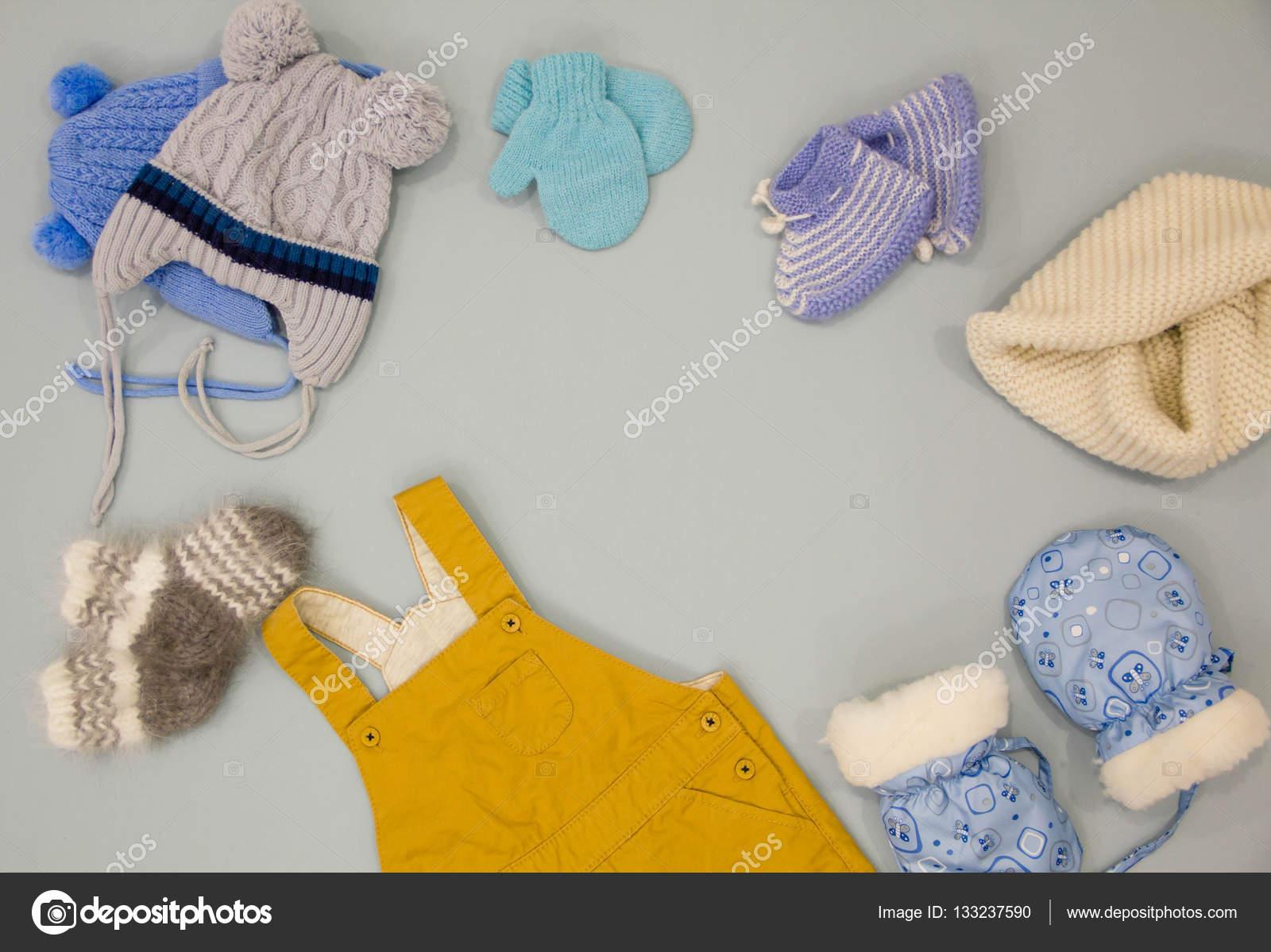 Ropa lana de bebé en la tienda de moda, ropa de invierno — Fotos de ...