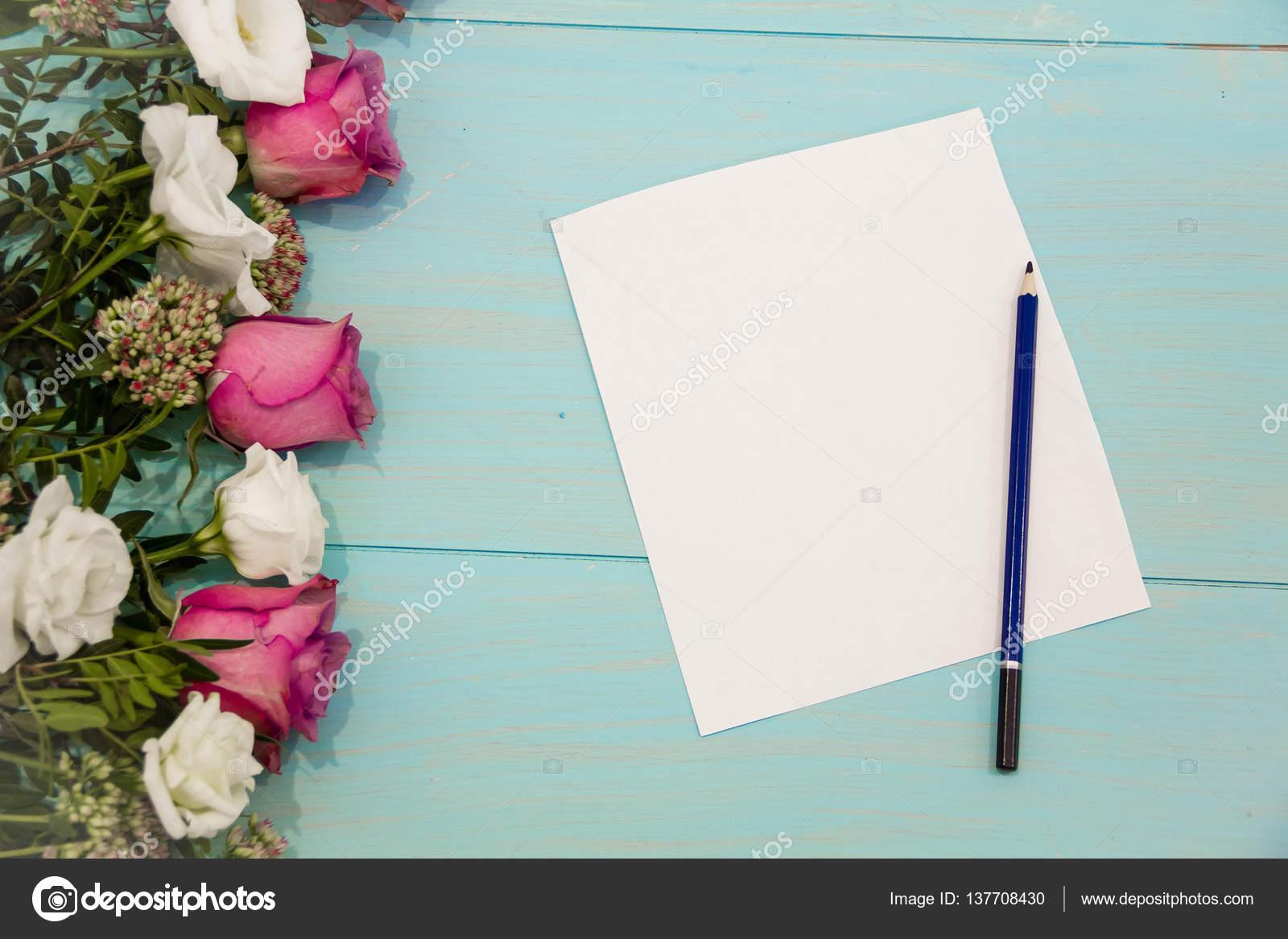 Wiersz Róż Na Podłoże Drewniane Z Miejsca Dla Wiadomości