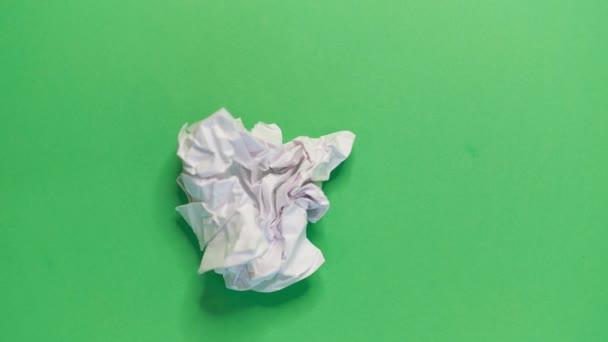 stop motion video animace bílý papír vrásky dělat papírové koule na zeleném pozadí