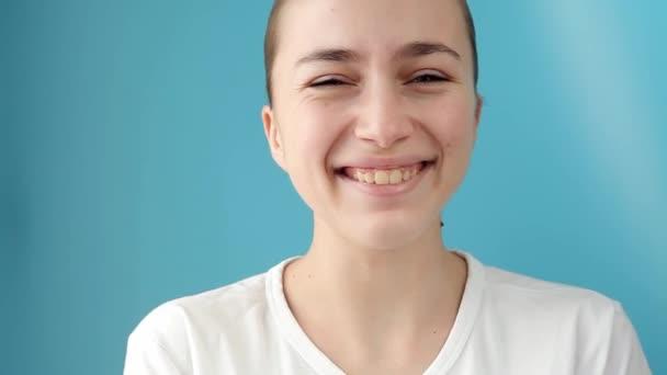 Detailní záběr ženy smějící se slzám tvář na modrém pozadí