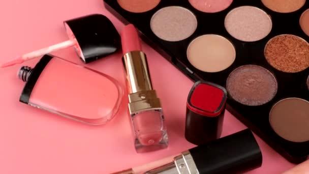 Különböző smink termékekson rózsaszín háttér copyspace