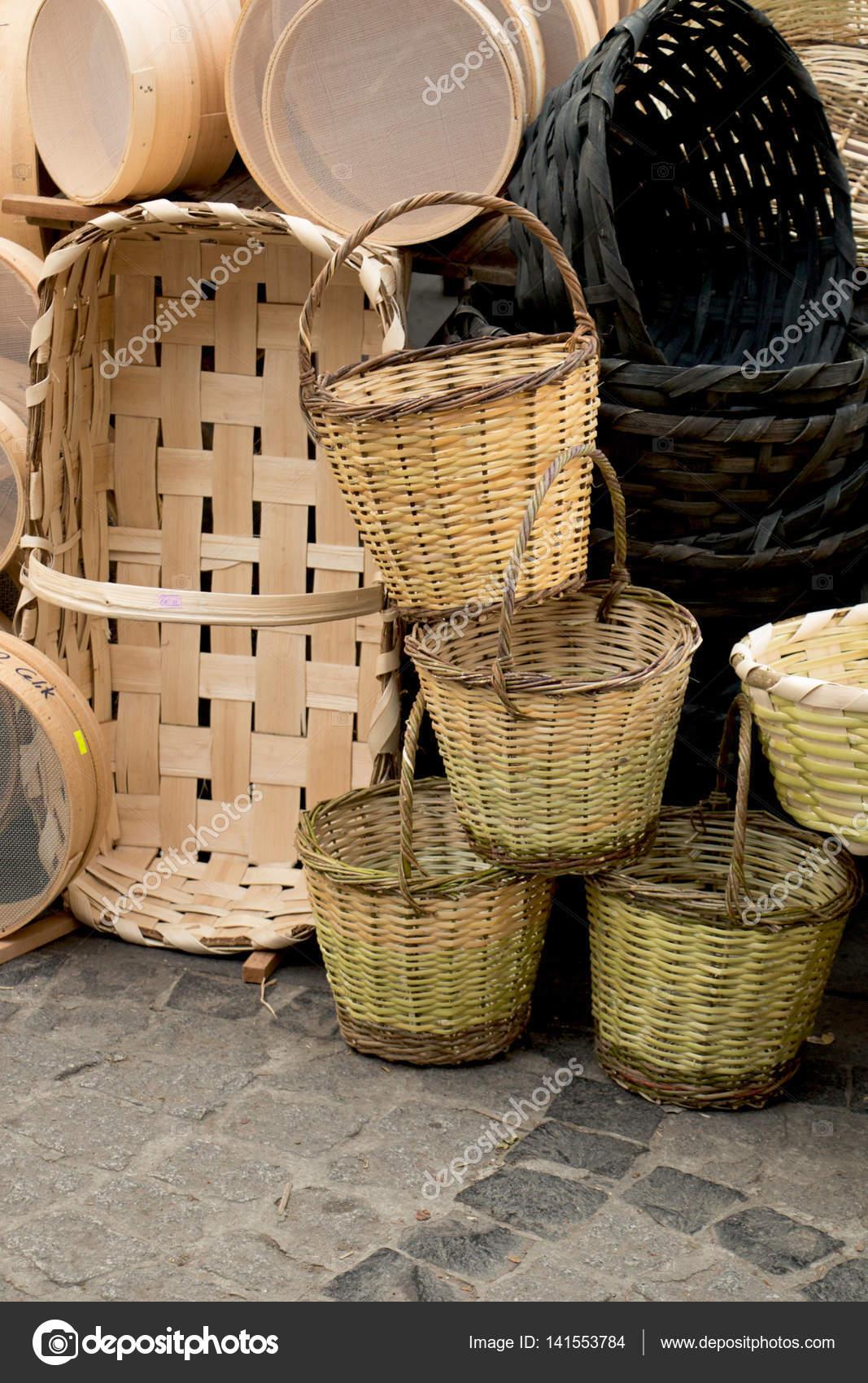 9cc00bf10ea Άδειο ψάθινα καλάθια προς πώληση σε μια αγορά — Φωτογραφία Αρχείου ...