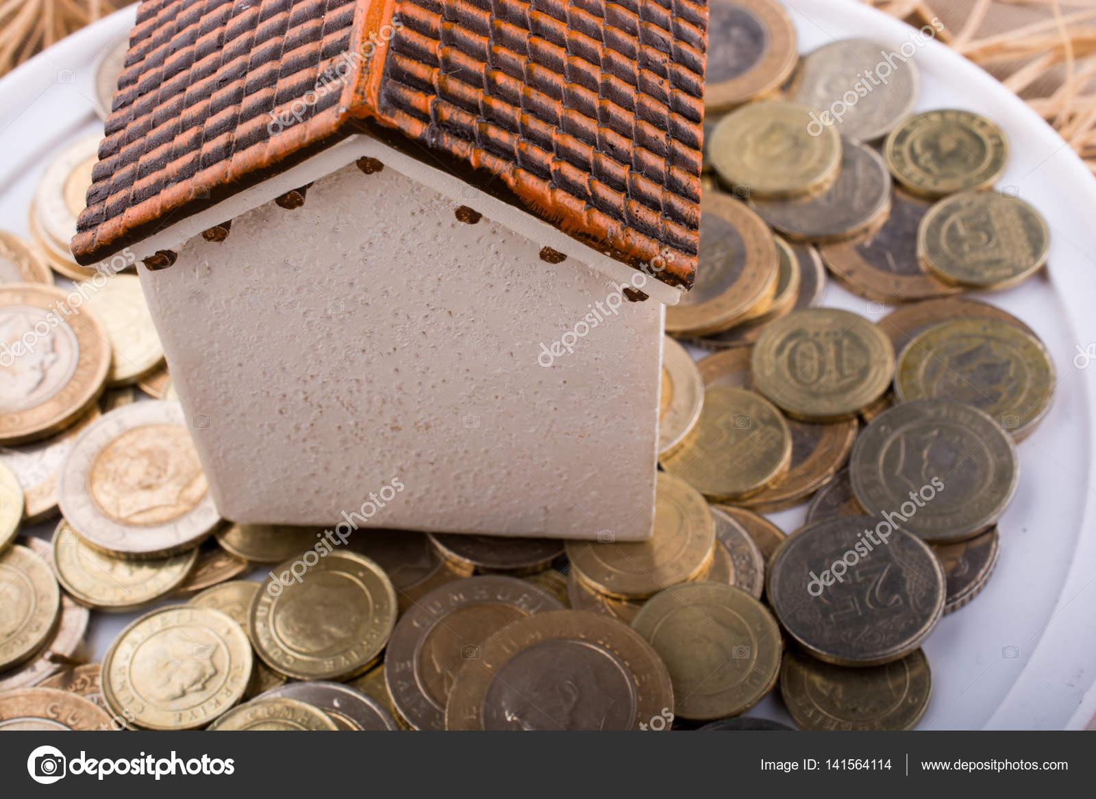 Türkische Lira Münzen An Der Seite Eines Musterhauses Stockfoto