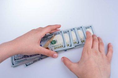 Amerikan Doları banknot beyaz arka plan üzerinde tutan eller