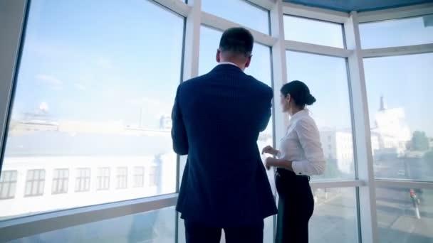 Büroimmobilienunternehmen. Immobilienmakler besprechen Plan für Wohnung und Landschaft.