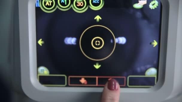 Felismerhetetlen orvos működik modern orvosi berendezés bemutatás-val képernyő a szem-látás-ellenőrzés során