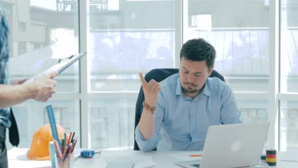 Šéf diskutovat o projektu s zaměstnance, poskytují poradenství, pomocí digitálního tabletu v nové moderní kancelářské