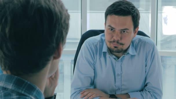 Vorstellungsgespräch. Manager, Bürochef im Gespräch mit einem Bewerber. Blick über die Schulter.