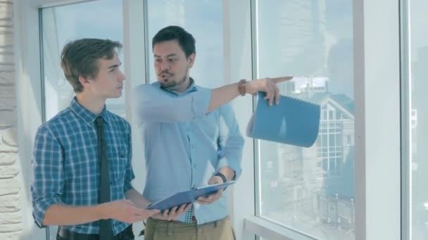 Diskuse o stavební projekt v moderní kanceláři realitních kanceláří