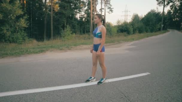 Fitness cvičení. Mladá žena běží. Běžkyně, běhání v parku silnici. Fitness cvičení. Slowmotion