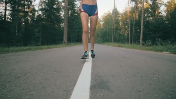 Žena běží na asfaltovou silnici, super slow motion