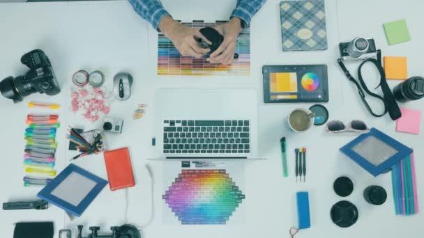 Pohled shora. Fotograf pracující na stůl z výšky. Creative pozadí.