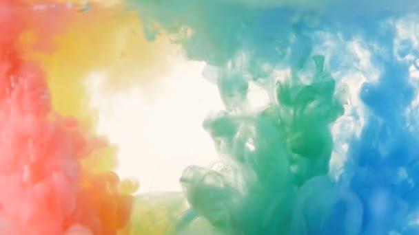 Červené, žluté, zelené a modré inkoustu ve vodě. Jasné, živé, barevné pozadí. Zpomalený pohyb