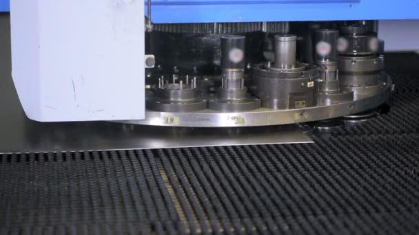 Vysekávací stroj. Robotické automatizované cnc stroj pracovní.