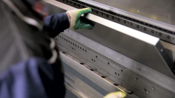 Pracovní rukou ohýbat plech na moderní průmyslové ohýbačka v továrně
