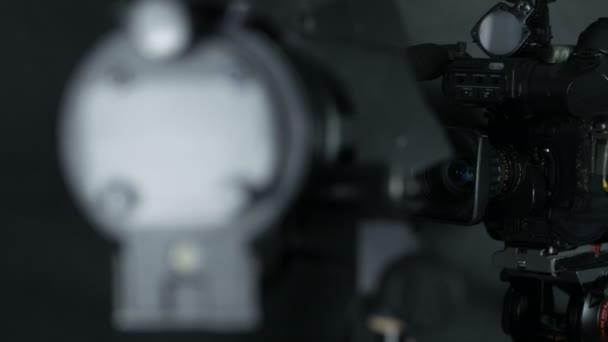 Professzionális televíziós kamera felismerhetetlen tv Hírek stúdióban. Elszigetelt háttér.