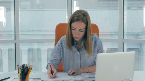 Podnikatelka v moderní kancelářské práce s přenosným počítačem.