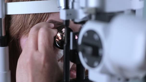 Pacientky v ordinaci u optometristy. Současné moderní přístrojové vybavení