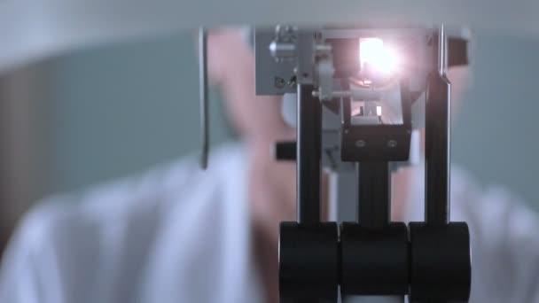 Moderní přístroje pro kontrolu očí. K nepoznání lékaři pracují s pacienty oční testy