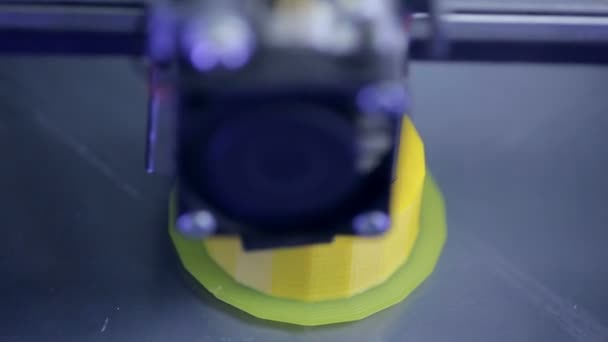 3D-s nyomtató. Nyomtatás műanyag drót izzólámpa a 3D-s nyomtató. Közelről