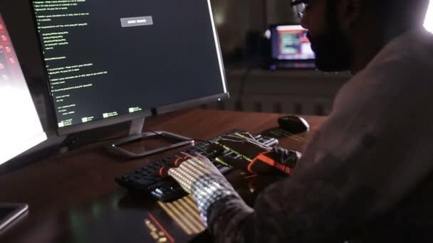 Mani di hacker digitando i codici sulla tastiera. Codice di programma di hack, codice software.