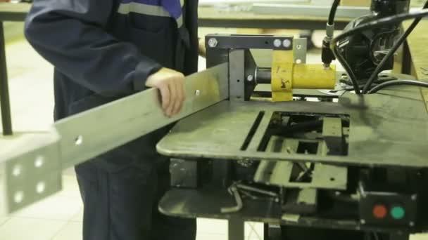 Pracovník pracuje kovový stroj