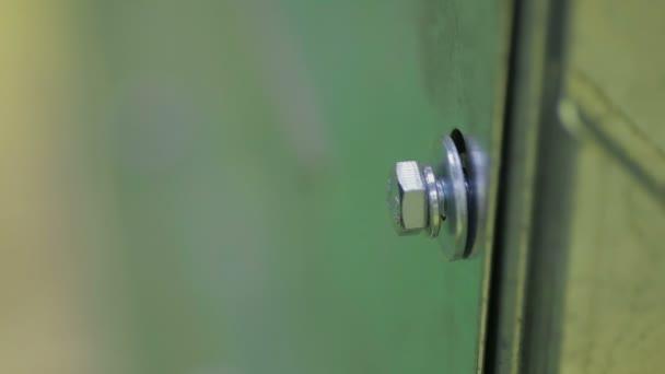 Mann ein Bolzen oder Schraube mit einem elektrischen Schraubendreher ...