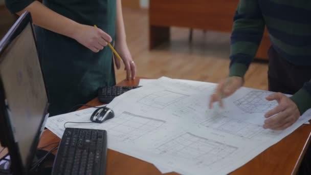 Ingénieurs et architectes discuter le plan directeur au bureau