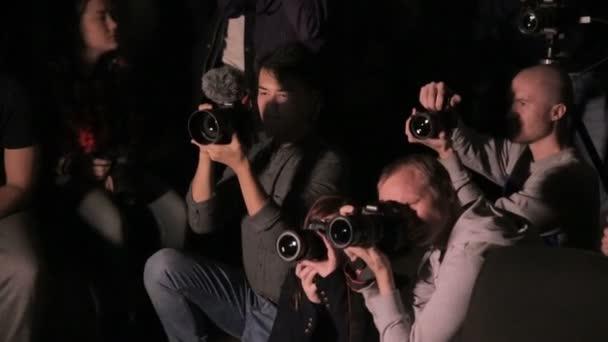moskau, russland - 15 oktober 2016: fotografen, videographen seminar. Gruppe von Fotografen und Videofilmern, die Modell in der Dunkelheit schießen.