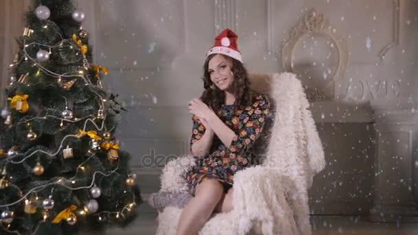 Nádherný atraktivní dívka, mladá žena, tanec, vystupování u vánočního stromu. Nový rok oslava