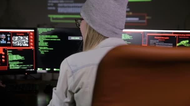 Mladý muž a žena hackeři snaží získat přístup k systému počítače.