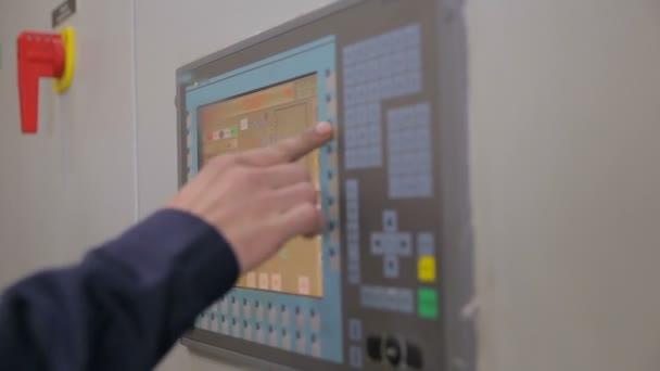 Řídící skříně, displeje v elektrické rozvodně v elektrárně, továrně.