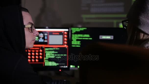 Mann und Frau, die mit Computer arbeiten, Computersystem hacken.
